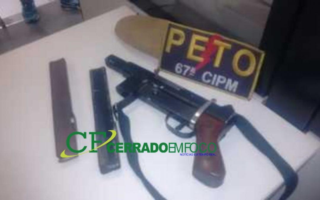 Feira de Santana: Criminoso de uma facção flagrado com uma metralhadora