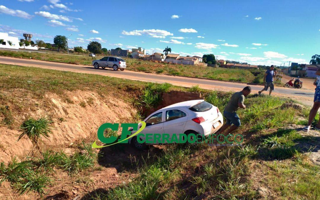 LEM: Após colisão  carro vai parar dentro de  canal do rio dos cachorros