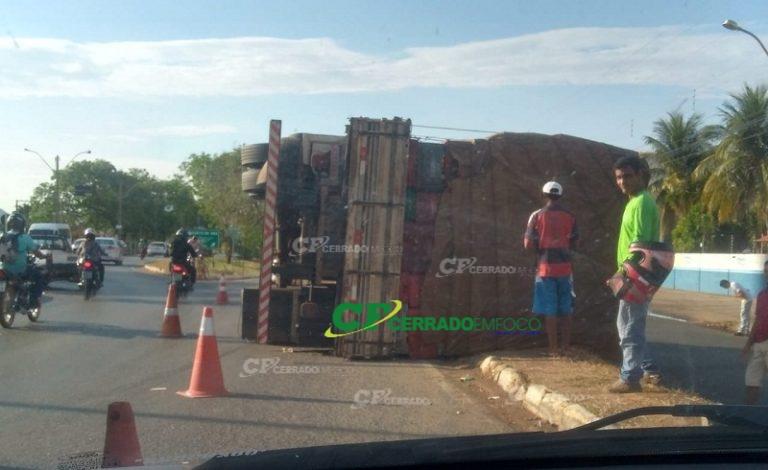 Barreiras: Caminhão carregado de maracujá tomba em rotatória
