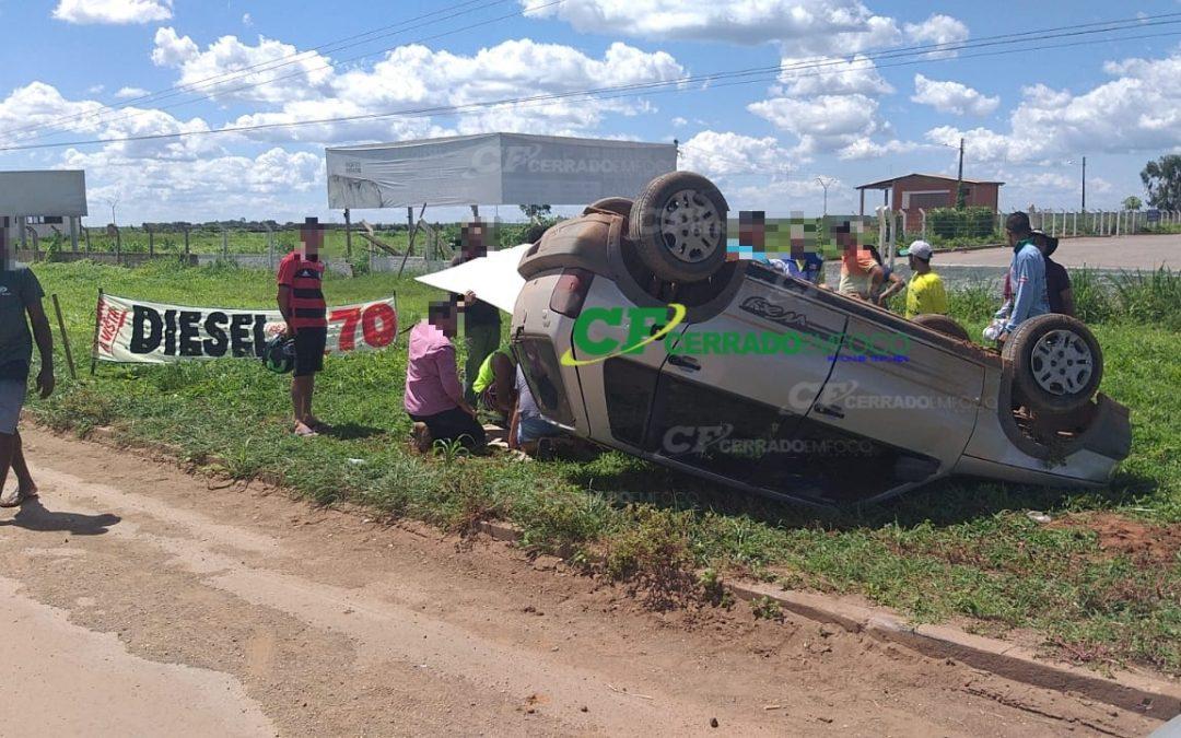 LEM: Mulher perde controle de veículo e capota na BR 242.