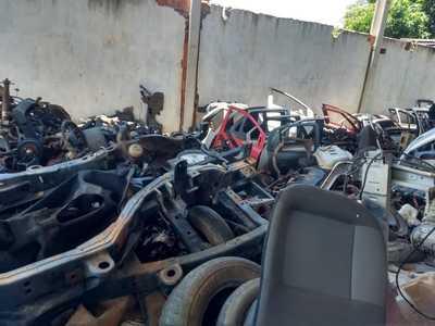 PM recupera caminhão e descobre desmanche de veículos