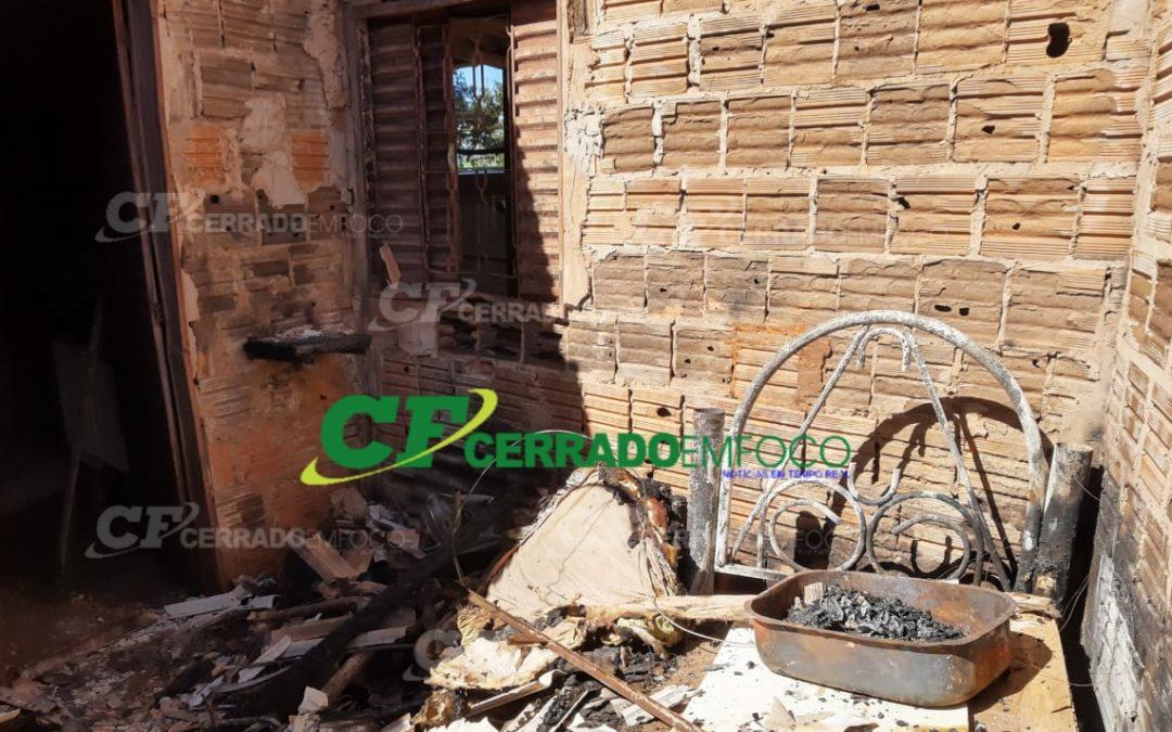 LEM: Morador pede ajuda após ter casa incendiada