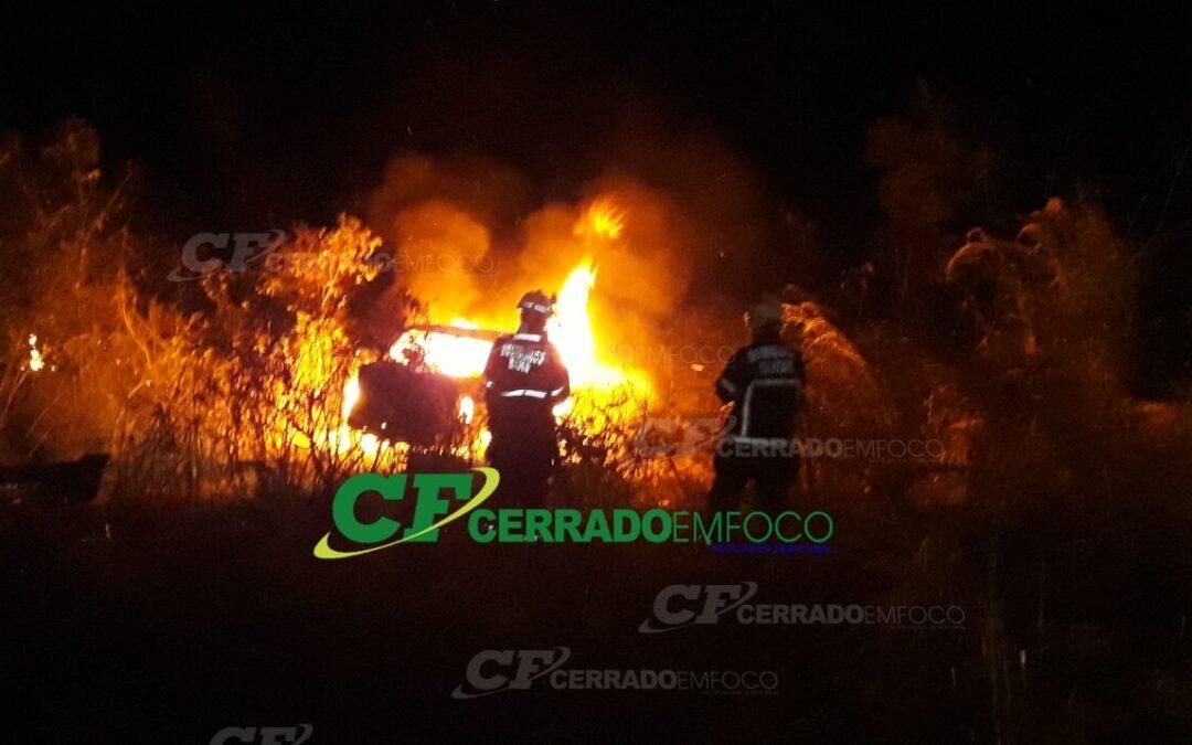 LEM: Veículo capota e pega fogo às margens da BR-020.