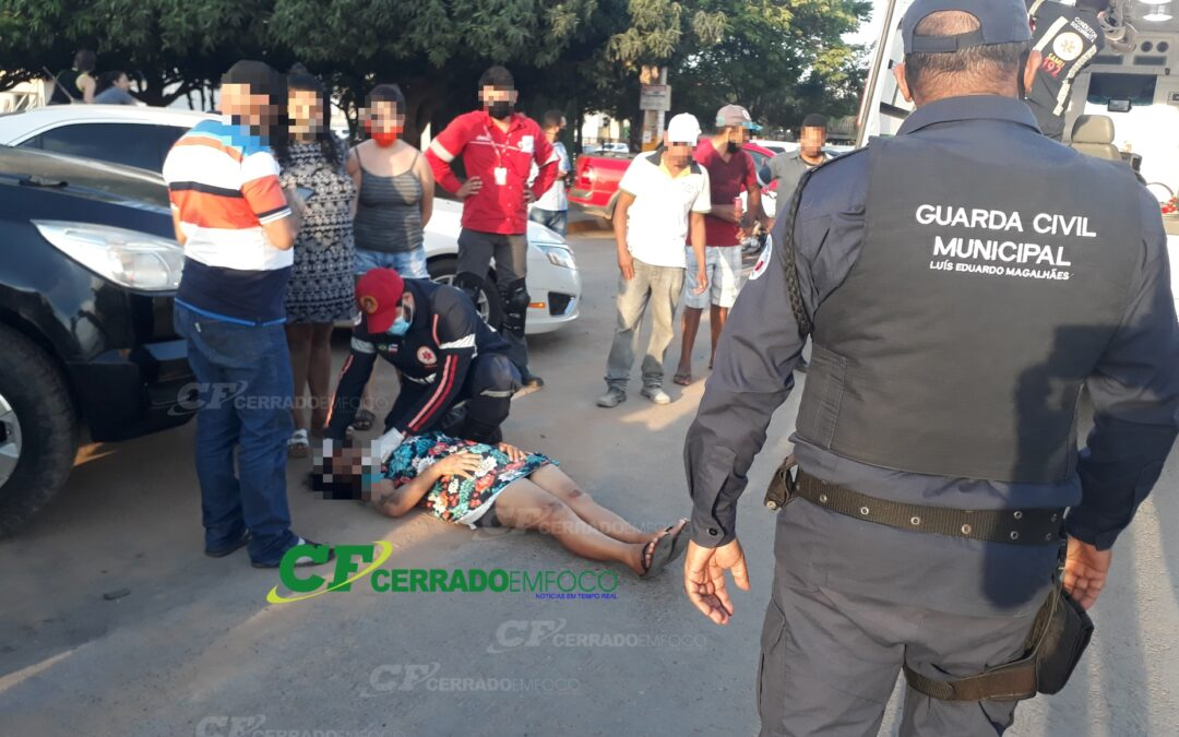 LEM: Mulher fica ferida após ser atropelada por motocicleta.