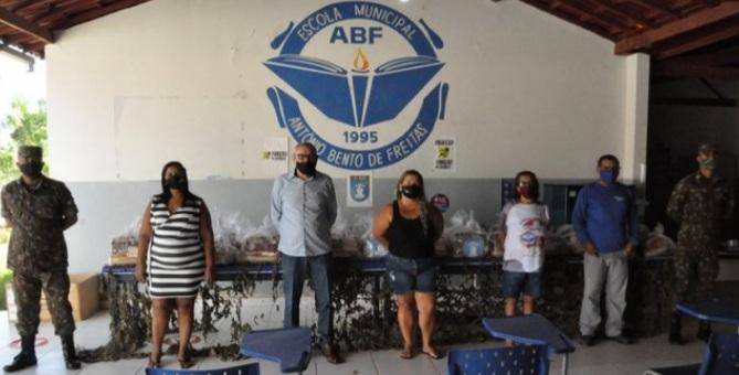 Barreiras-BA: Mais 100 cestas básicas são entregues aos alunos da Escola Municipal Antônio Bento de Freitas por meio do projeto Profesp